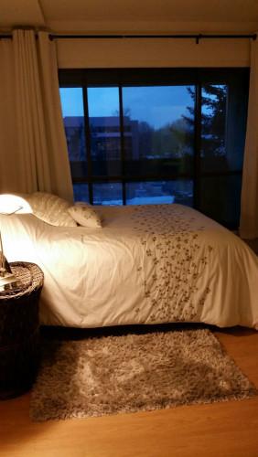 grande chambre avec balcon